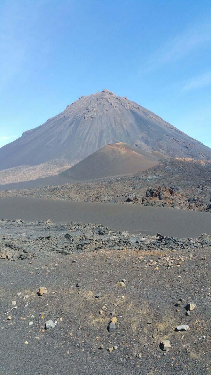 יום 7 - הר הגעש פוגו; לוע מעשן, צבעים וגאזים על פני השטח ולבה קרושה בסלון