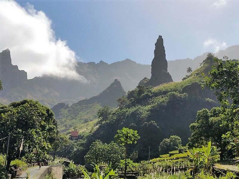 קאבו ורדה, איי גן עדן ושאול באוקיאנוס האטלנטי, והחיוך רב הצבעים של סנגאל