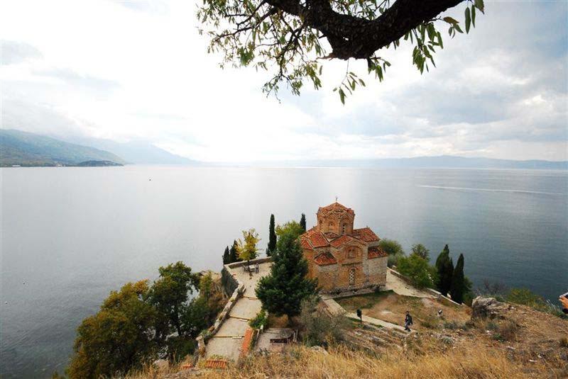 אלבניה עם קריצה למקדוניה