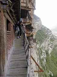 יום 3 - לדא-טונג, פחם ומנזר תלוי